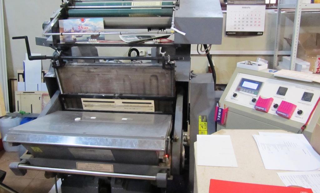 Вырубка на тигельном прессе недорого Вырубка - это один из видов декорирования полиграфической продукции. В процессе вырубки, при помощи стального штампа, заранее изготовленного по конфигурации графического или текстового элемента, происходит прорезание контура насквозь. Таким образом печатной продукции можно придать практически любую нестандартную форму. Штамп изготавливают для каждого конкретного заказа отдельно. Его размеры и конфигурация могут быть любыми в пределах тигельного пресса. Вырубка - тигель А2 формата, рабочее поле 515*650 мм. Штампы на вырубку под заказ , либо штамп заказчика с кроем в электронном виде.